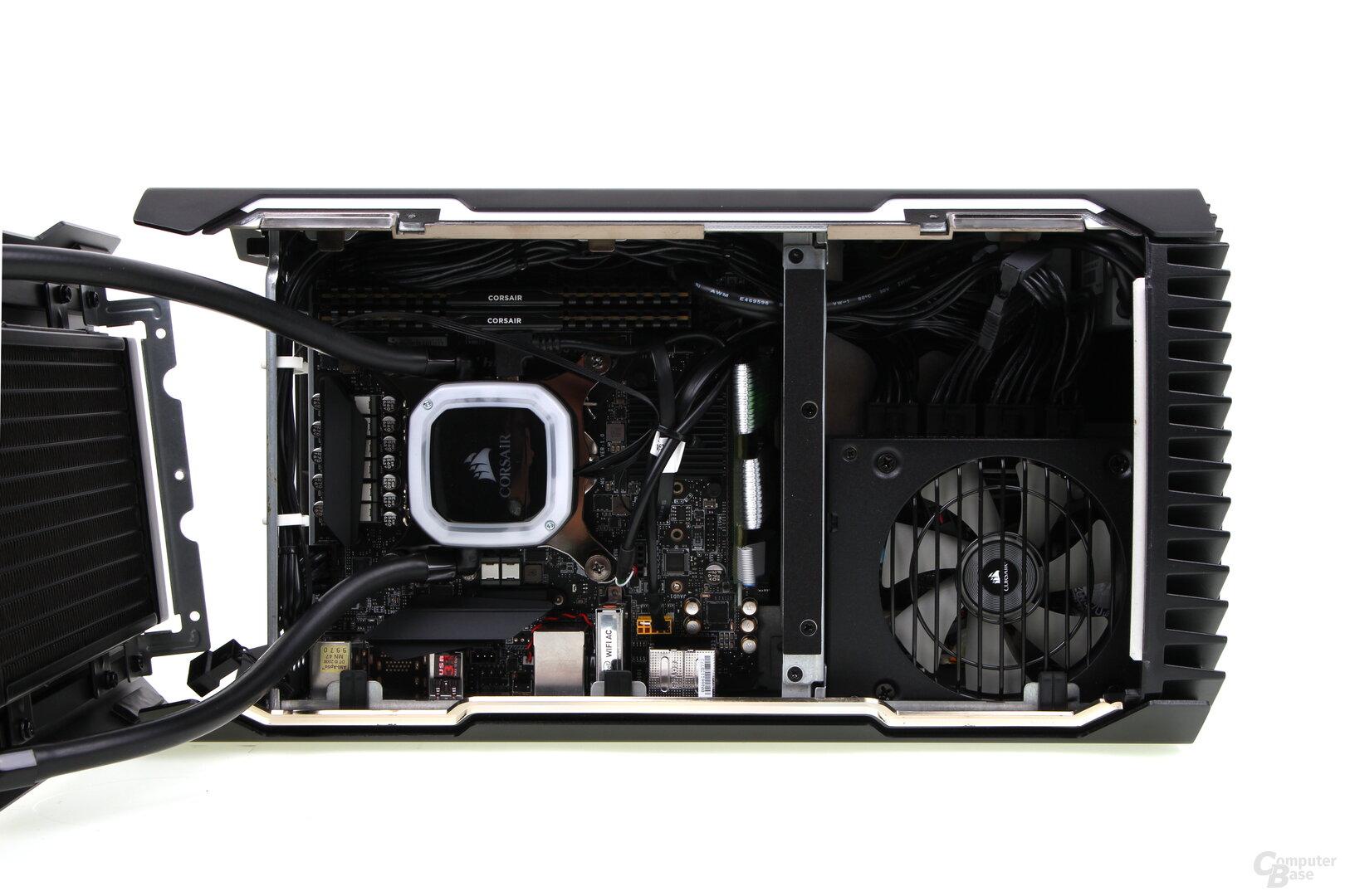 Blick auf die rechte Seite mit CPU, Mainboard, Speicher und Netzteil