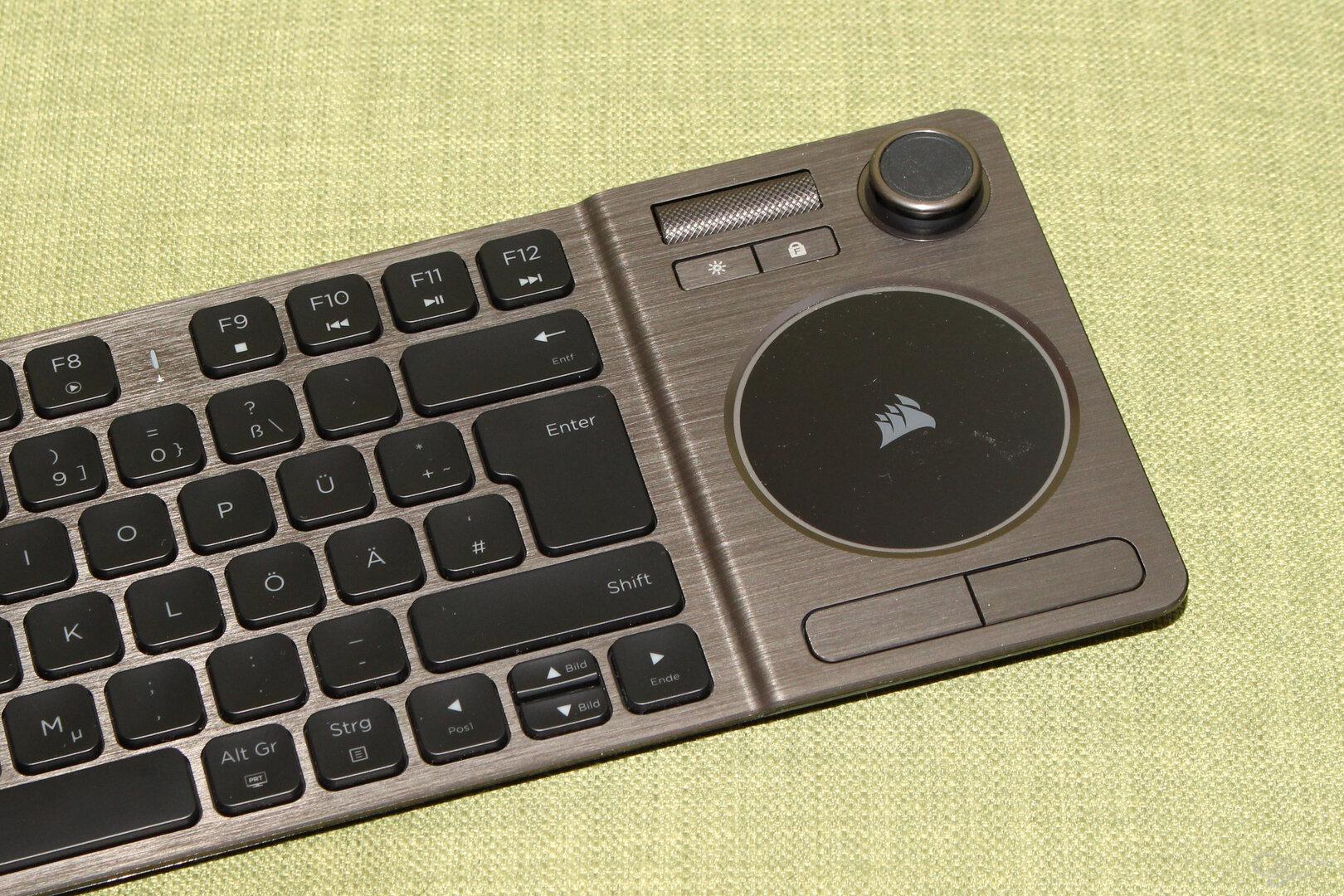 Rechts sind Touchpad, Medientasten und Joystick angeordnet