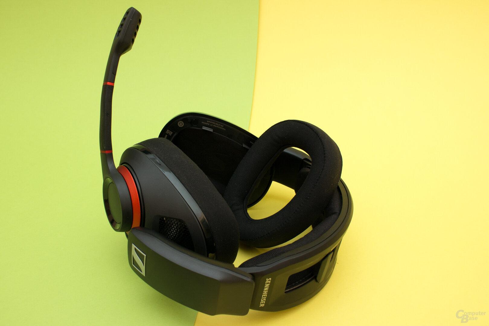 Die Polster lassen sich bei beiden Headsets leicht wechseln