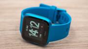 Fitbit Versa Lite Edition im Test: Tausche Funktionen gegen poppige Farben