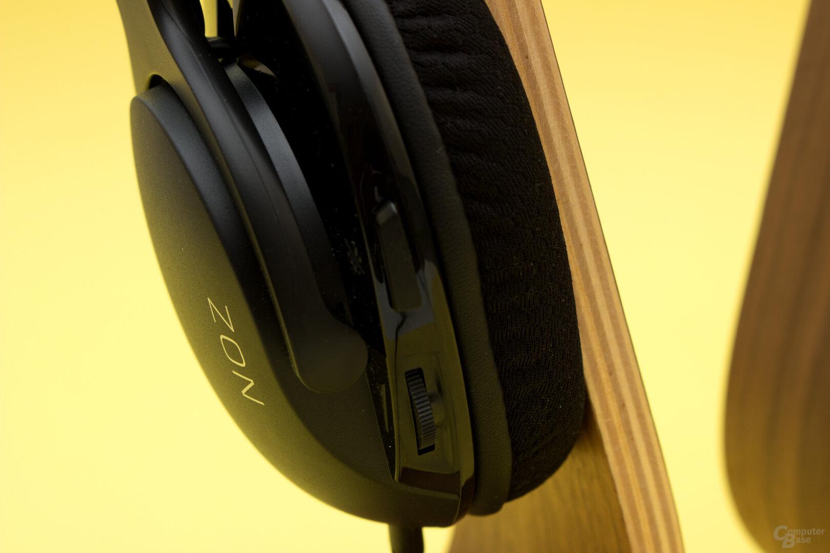 Lautstärkeregler und Mikrofonstummschaltung als einzige Bedienelemente beim Roccat Noz
