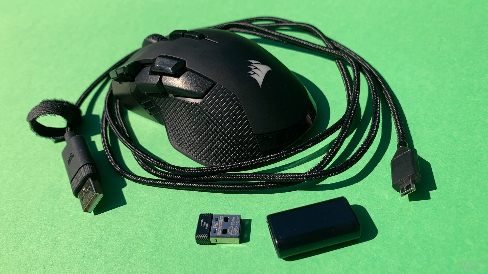 Lieferumfang der Ironclaw RGB Wireless mit Funk-Dongle und Adapter