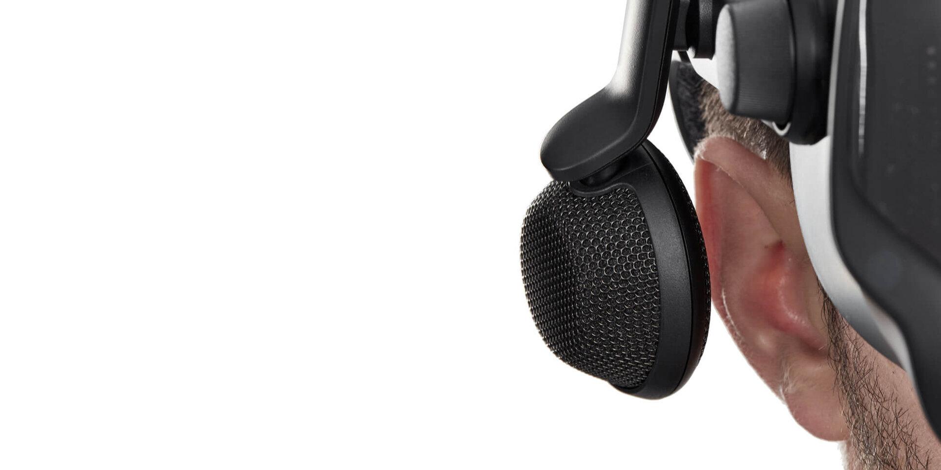 Die Kopfhörer schweben neben dem Ohr