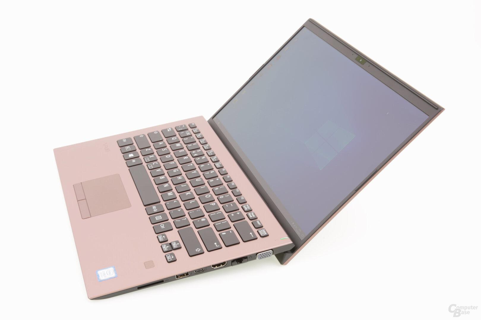 Notebook im geöffneten Maximalwinkel