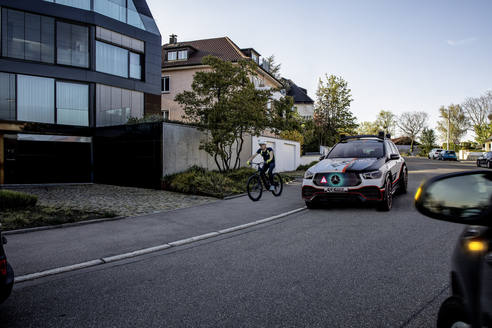 Auto warnt andere vor Fahrradfahrer
