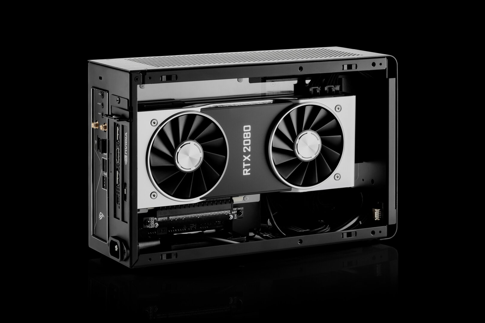 DAN Cases A4-SFX v4 mit installierter Hardware (GPU-Seite)