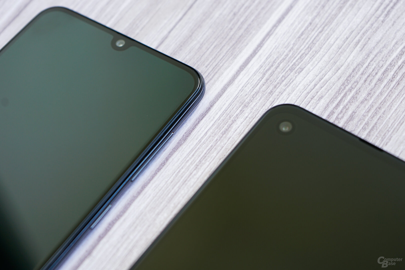 "Die Notch im Galaxy A50 (li.) gegenüber dem ""Loch"" im One Vision"