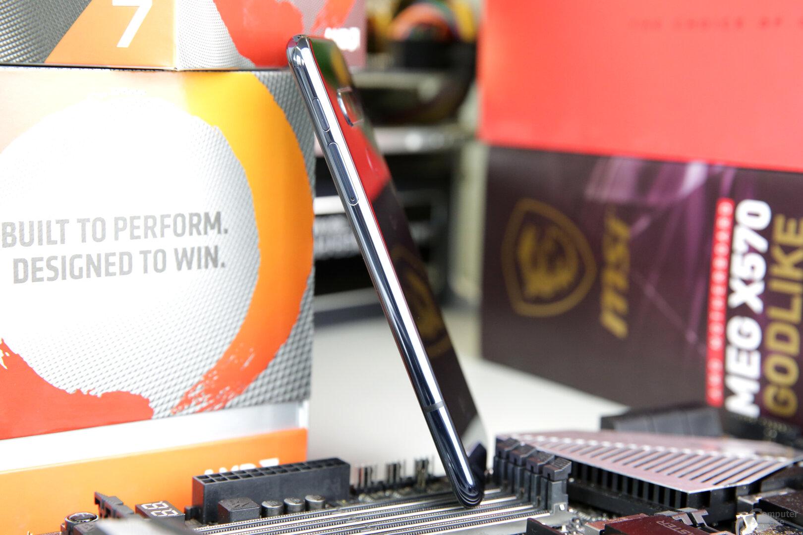 Seitenansicht mit Power-Taste und SIM/microSD-Fach