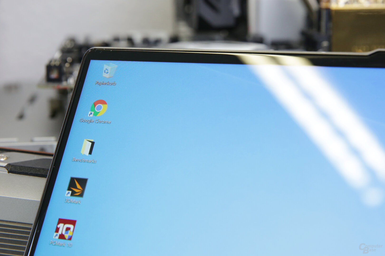 Lenovo closes the display with slightly curved glass