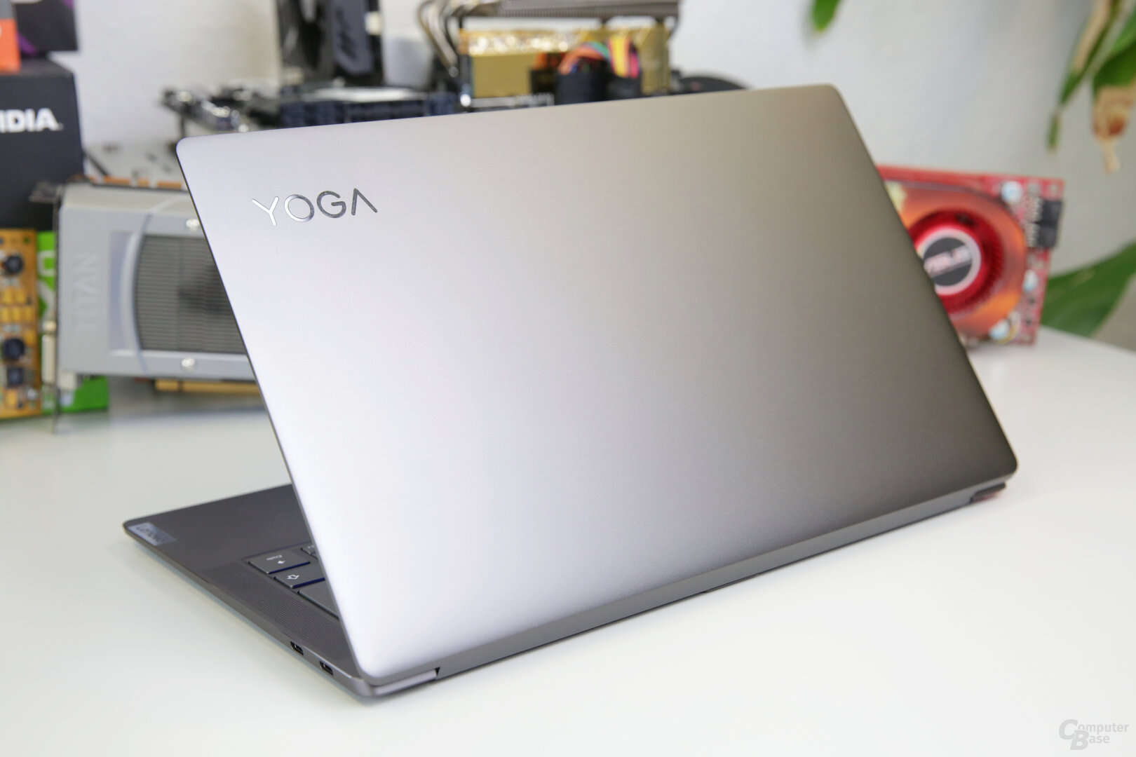 Das Yoga S940 kommt in sandgestrahltem Aluminium