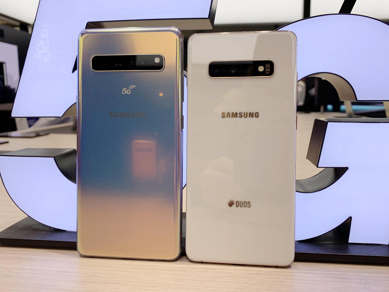 Das Galaxy S10 5G neben einem Galaxy S10+