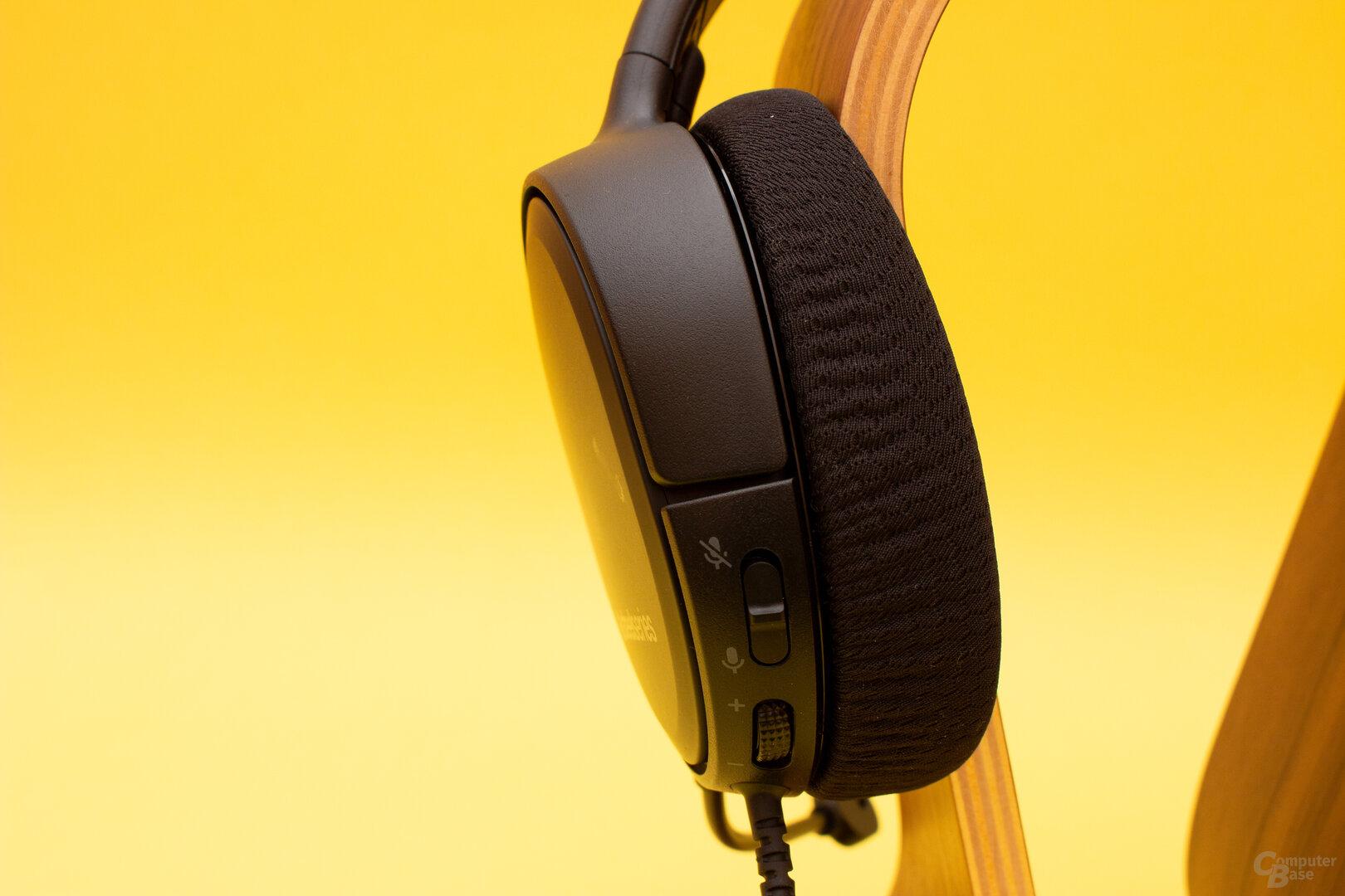 Die Lautstärke und die Mikrofonaktivierung lassen sich direkt am Headset einstellen
