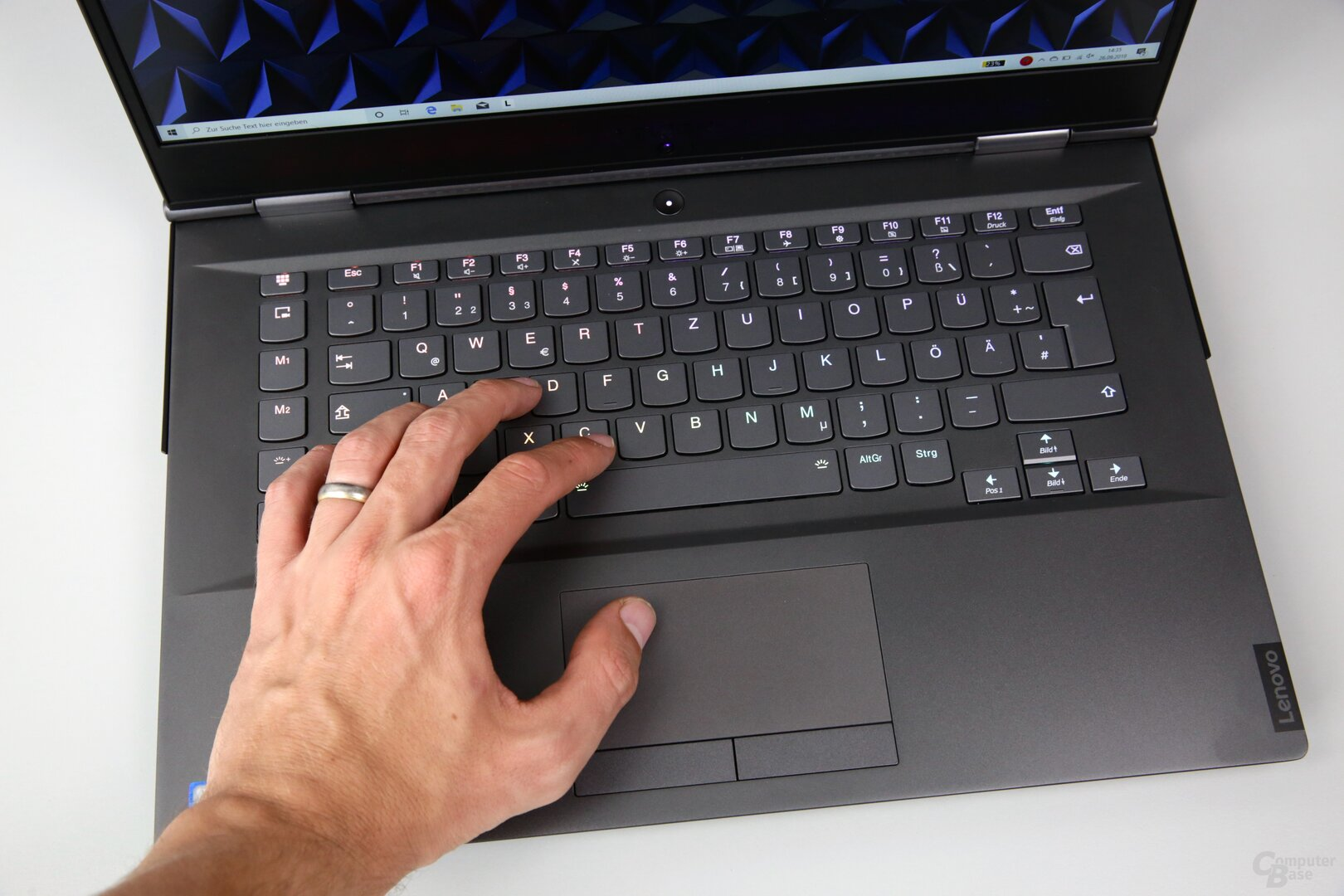 Tastatur mit RGB-Beleuchtung und Touchpad mit Tasten