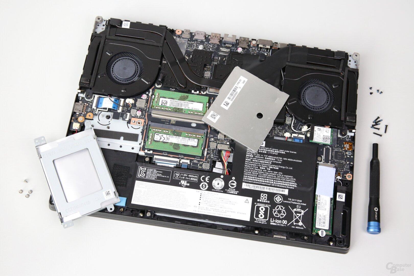 Ein 2,5-Zoll-Laufwerk hat links Platz, der RAM sitzt unter einer Blechabdeckung (Mitte)