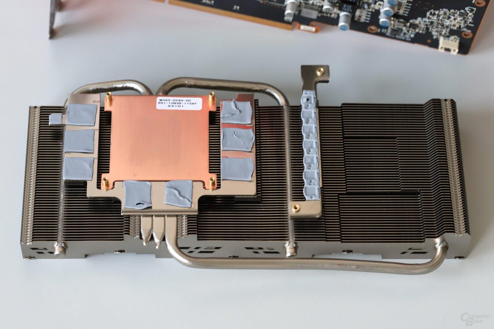 Das Kühlsystem der Non-XT-Version mit Kupferbodenplatte und drei Heatpipes