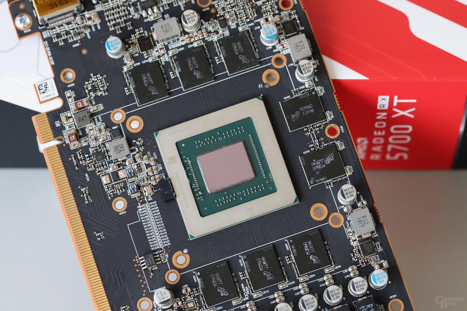 Die Navi-10-GPU auf der Platine der Sapphire Pulse