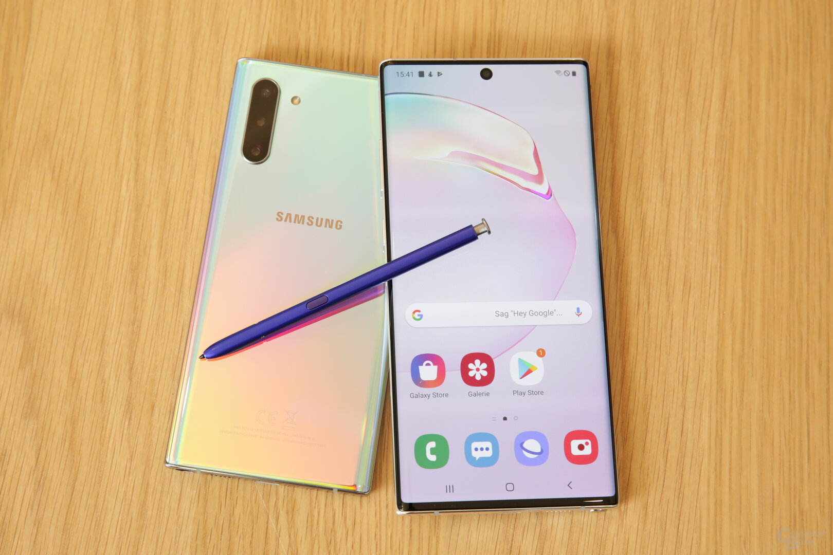 Note 10 in Aura Glow mit blauem S Pen