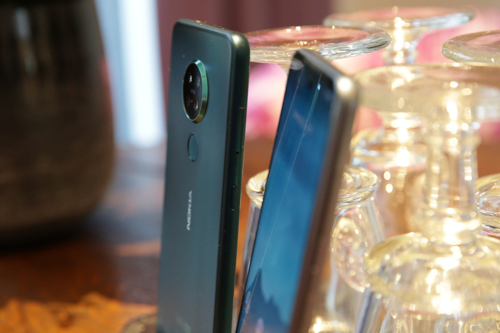 Nokia 7.2 im Hintergrund mit Kamera-Buckel