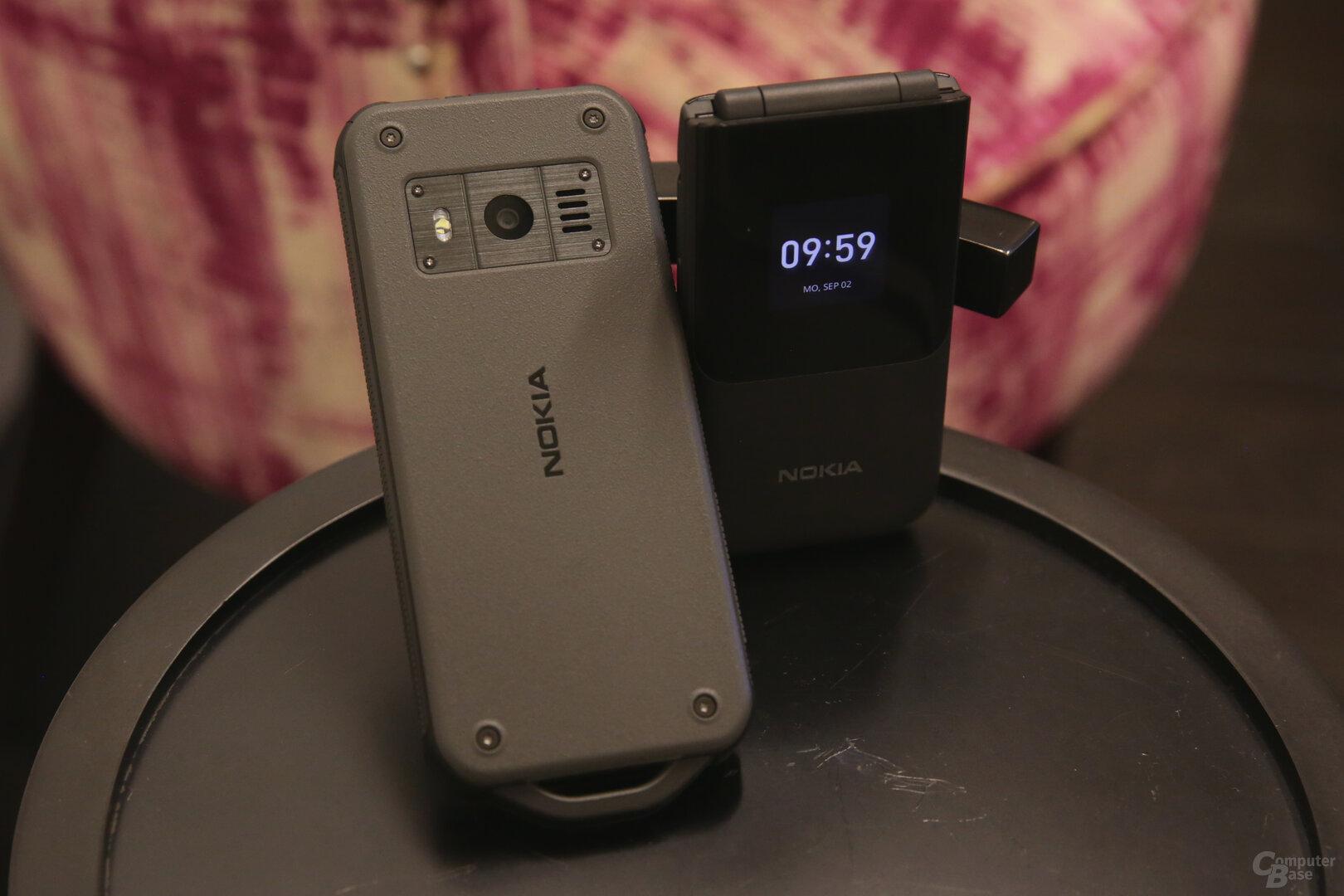 Nokia 800 Tough (links) neben Nokia 2720 Flip