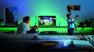 Philips Hue Play HDMI Sync Box: Ambilight über Hue-Lampen für das gesamte Wohnzimmer