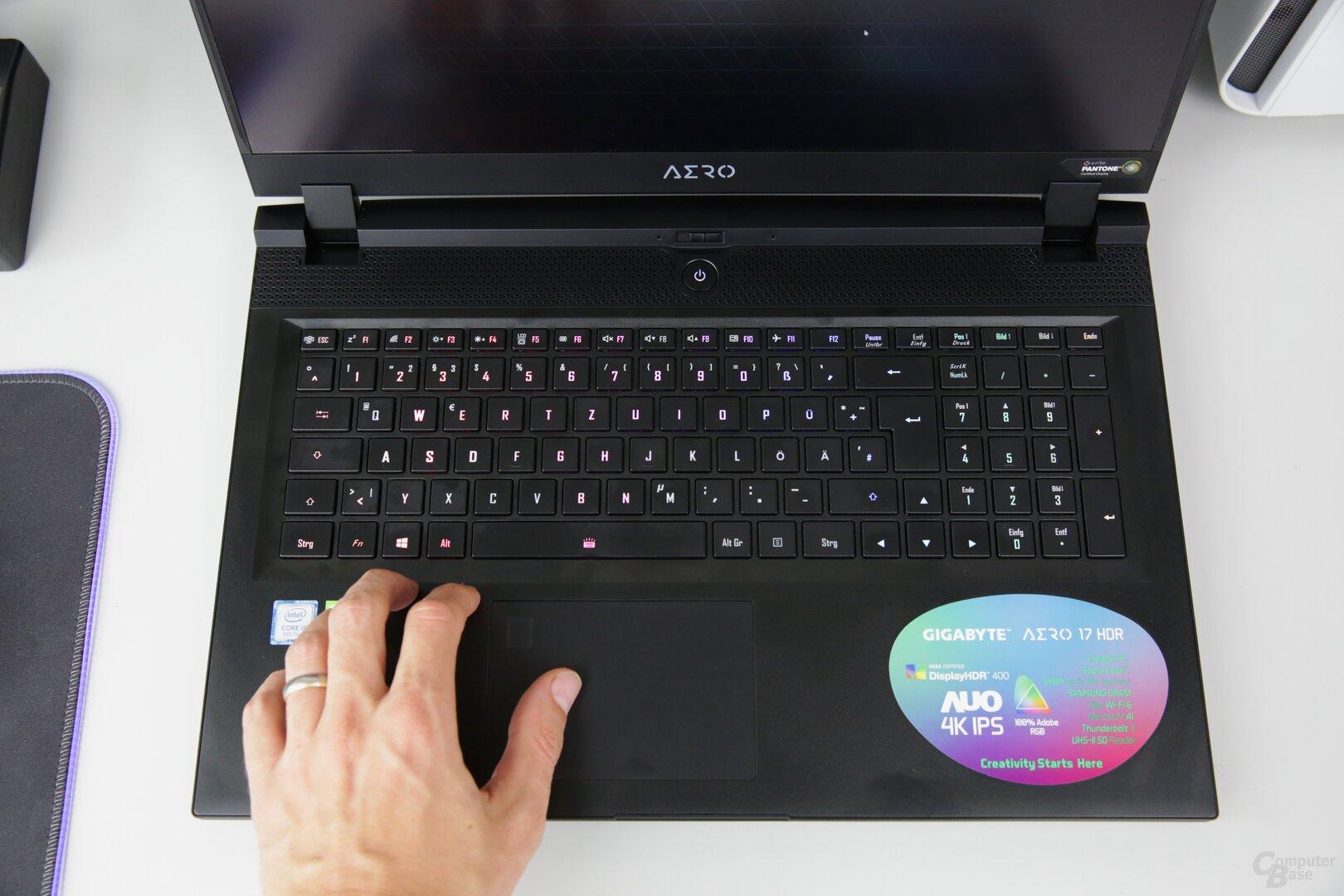 Die Tastatur ist etwas schwammig, das Touchpad nur groß