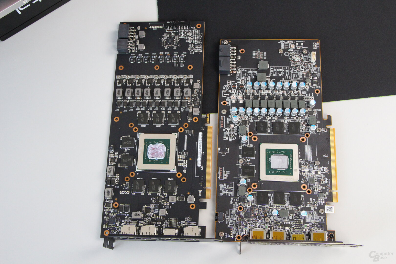 Das PCB der Asus TUF (links) und PowerColor Red Dragon (rechts)