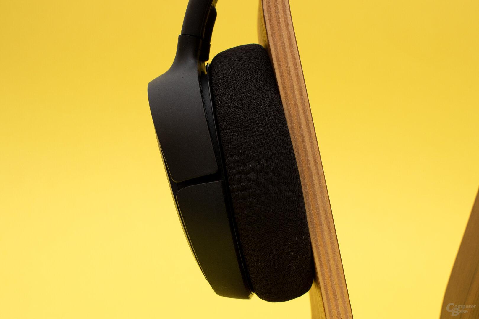 Die Ohrpolster des Arctis 1 Wireless können den starken Druck des Bügels nur mäßig abfedern