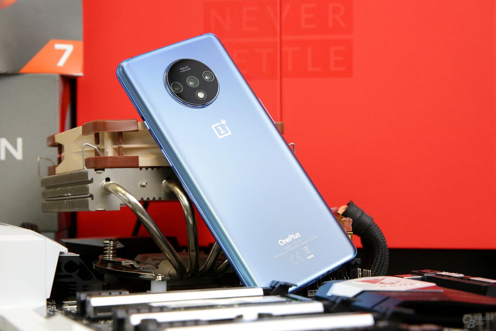 Mattes Glas, hier in Blau, ziert die Rückseite