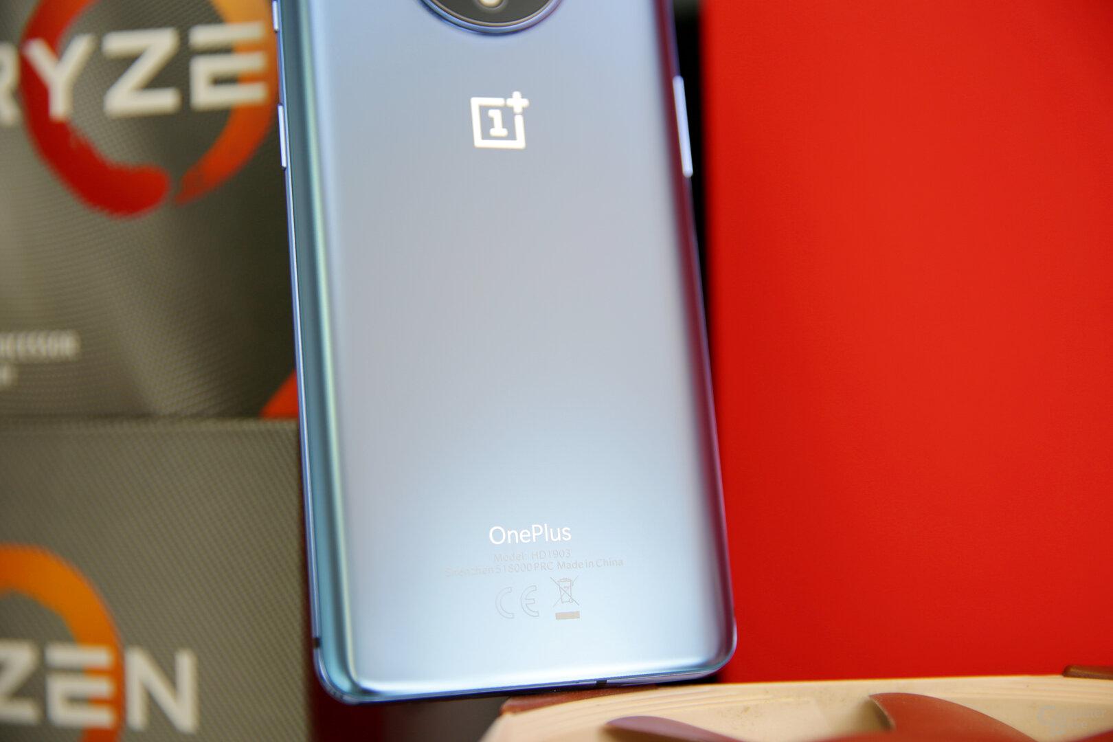 Dezentes OnePlus-Logo und Schriftzug auf der Rückseite