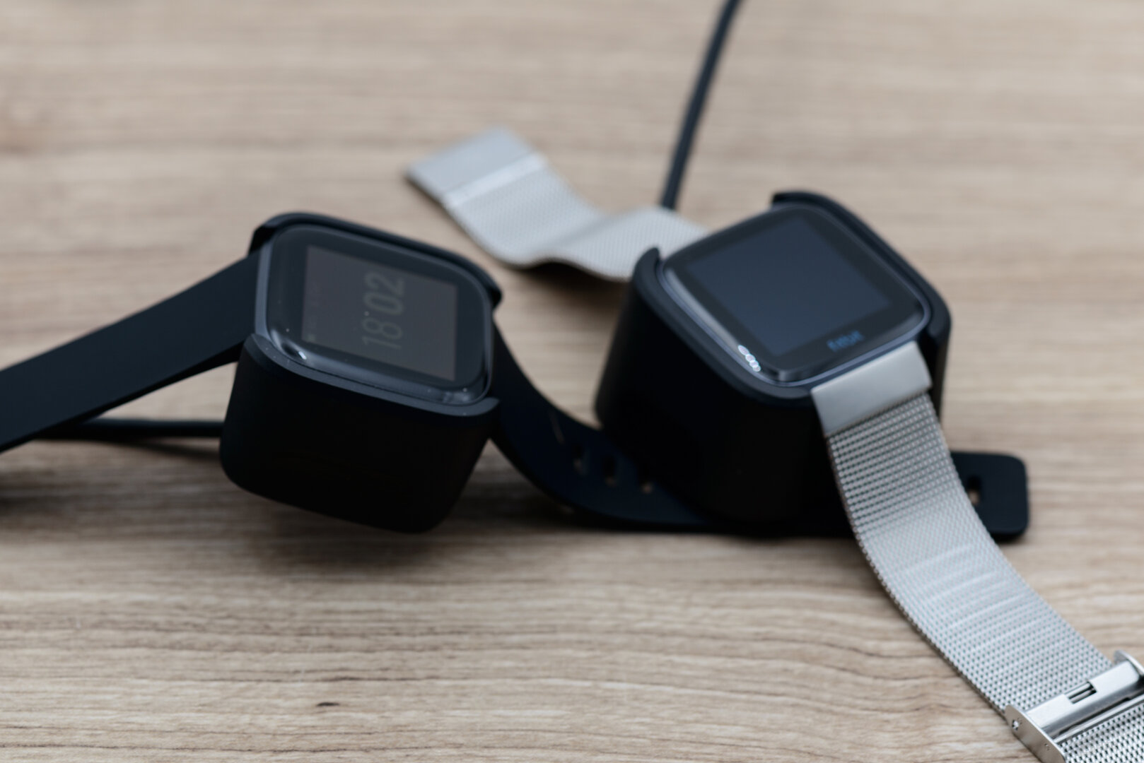 Fitbit Versa 2 und Versa: Ladesysteme