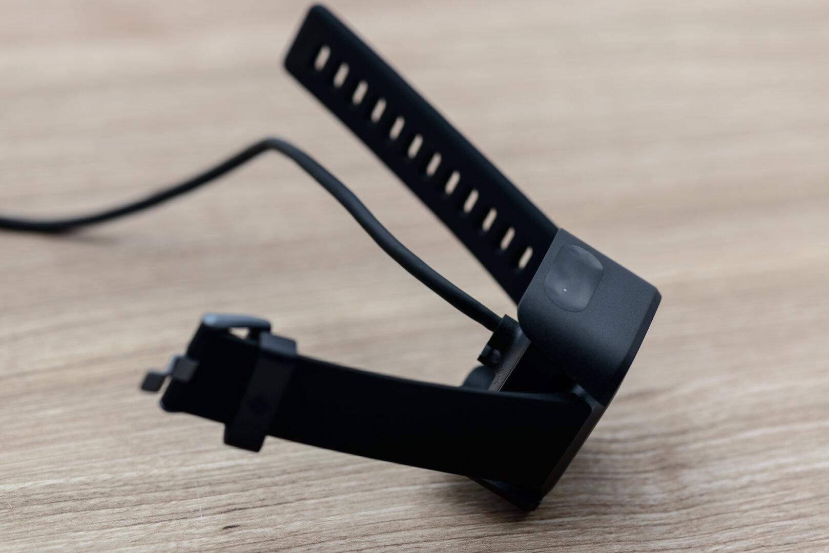 Fitbit Versa 2: wackliges Ladesystem