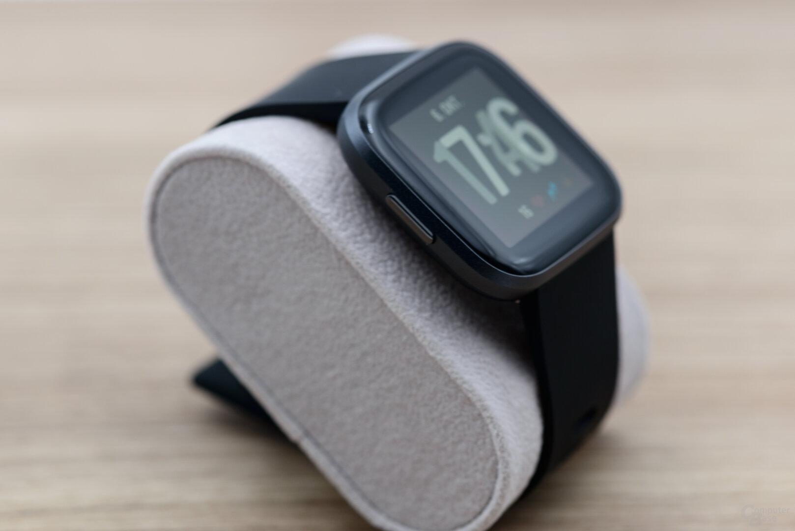 Fitbit Versa 2: Seitenansicht mit Homebutton