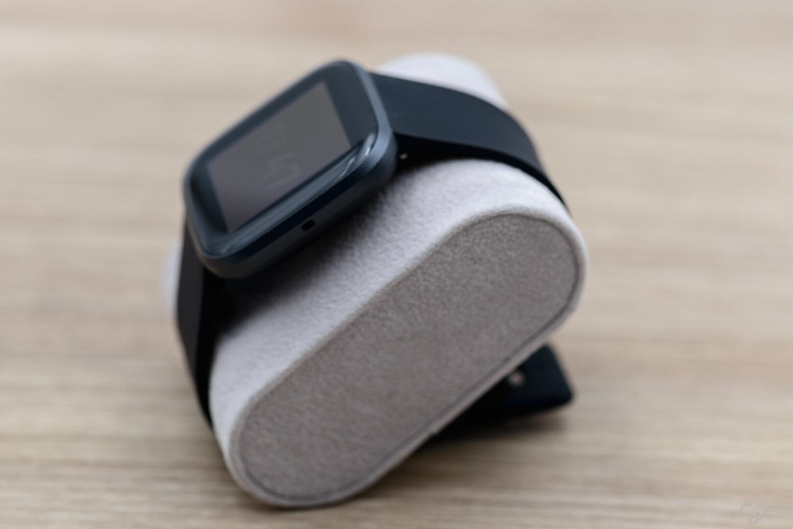 Fitbit Versa 2: Seitenansicht mit Mikrofon