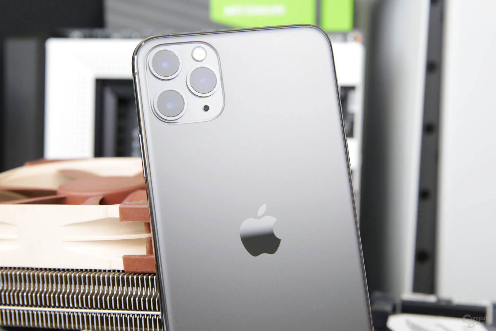 Triple-Kamera des iPhone 11 Pro Max eingefasst in Glas
