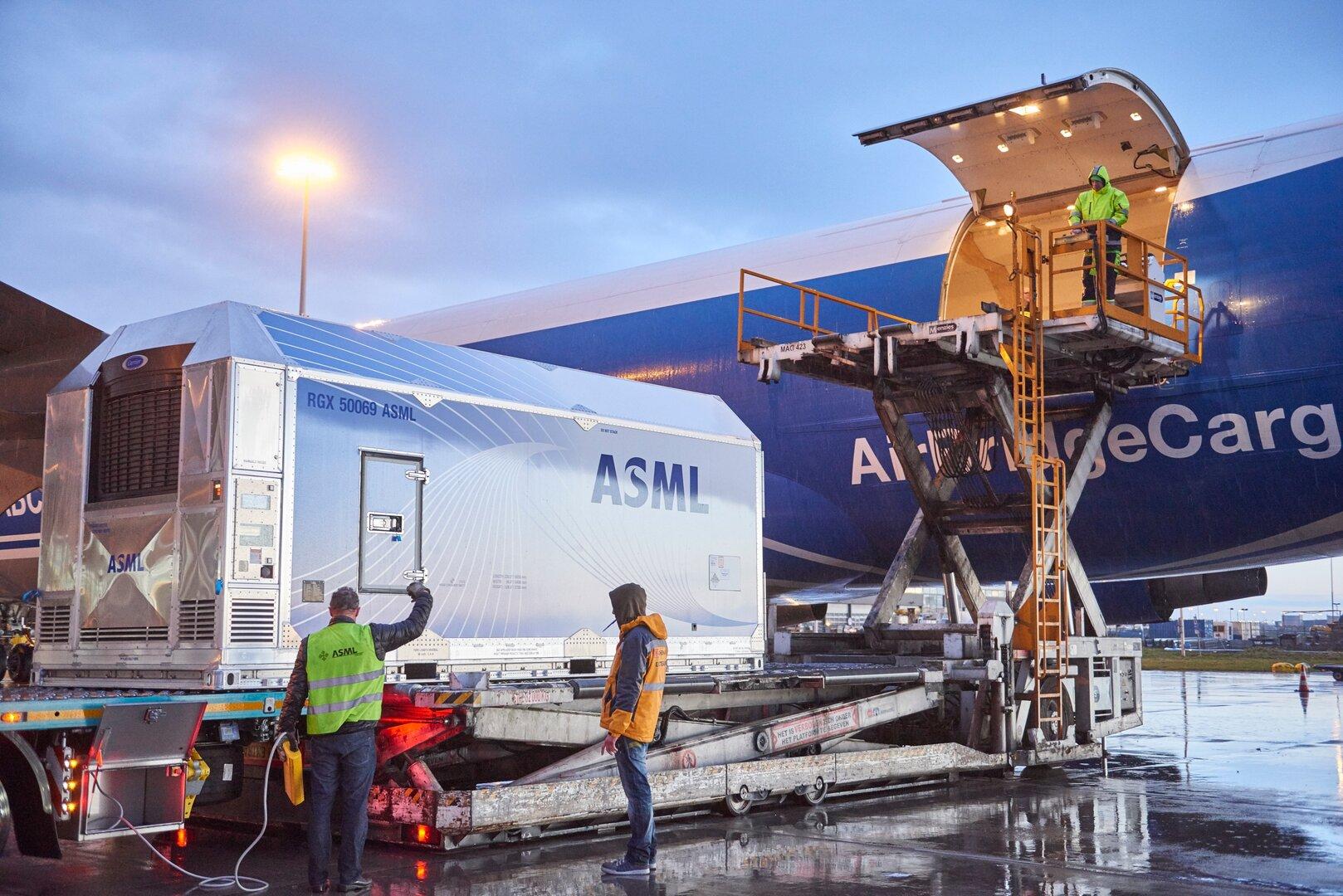 Ein ASML-System wird per Luftfracht verschickt