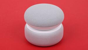 Nest Mini & Echo Dot mit Uhr im Test: Google und Amazon frischen die kleinsten Lautsprecher auf