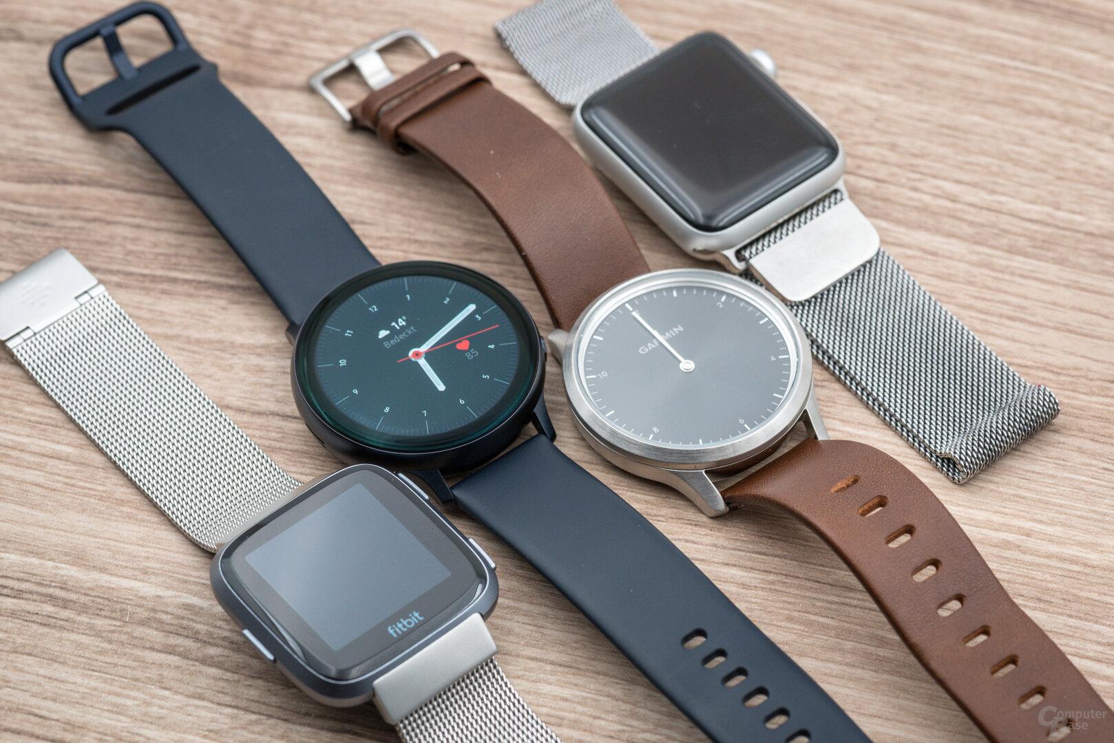 Samsung Galaxy Watch Active 2: Größenvergleich Fitbit Versa, GWA 2, Garmin Vívomove HR, Apple Watch 3 42mm