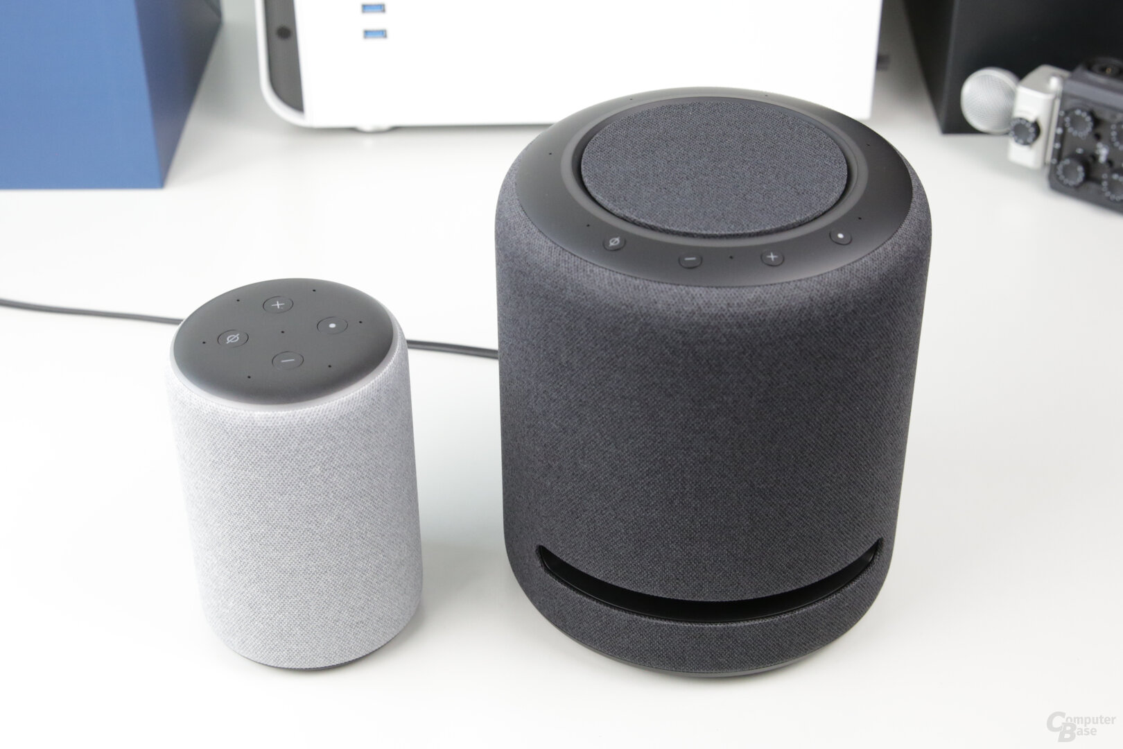 Amazon Echo Studio neben Echo