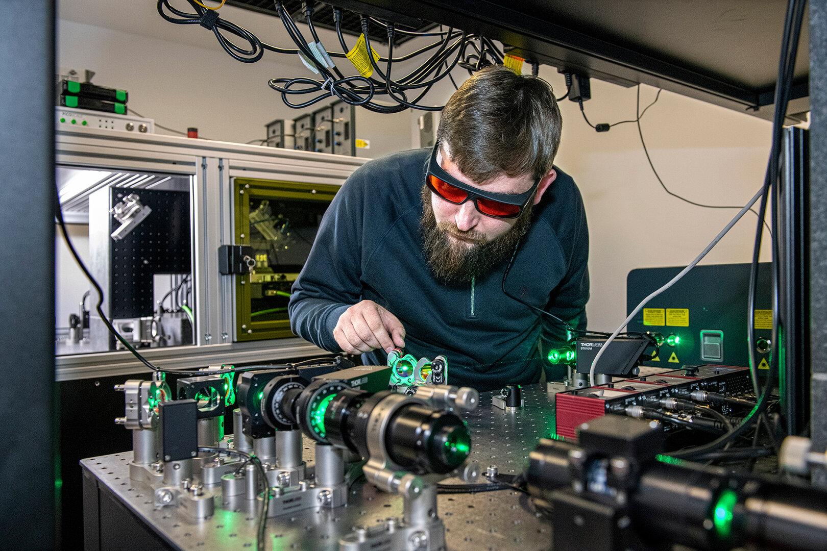 Optik-Spezialist Rokas Drevinskas prüft Laser zum Beschreiben des Glasspeichers