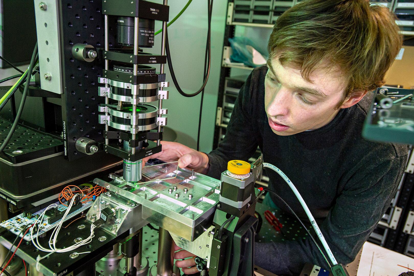 Wissenschaftler James Clegg legt Glasspeicher in das aufwendige Lesegerät ein