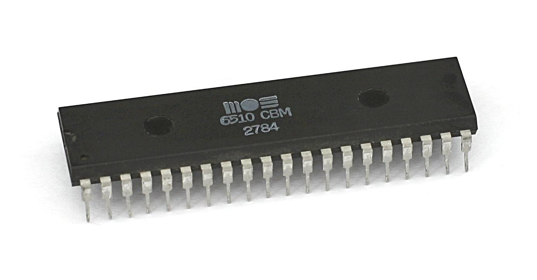 Der MOS Technology 6510 Mikroprozessor taktet mit maximal 1,023 MHz