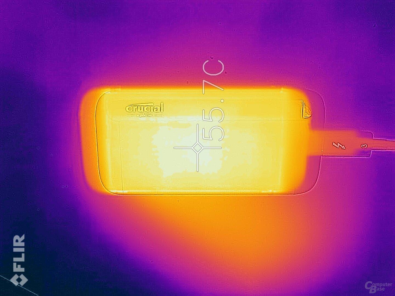 Nach dem Schreiben von 390 GB erreicht die Crucial X8 fast 60 °C