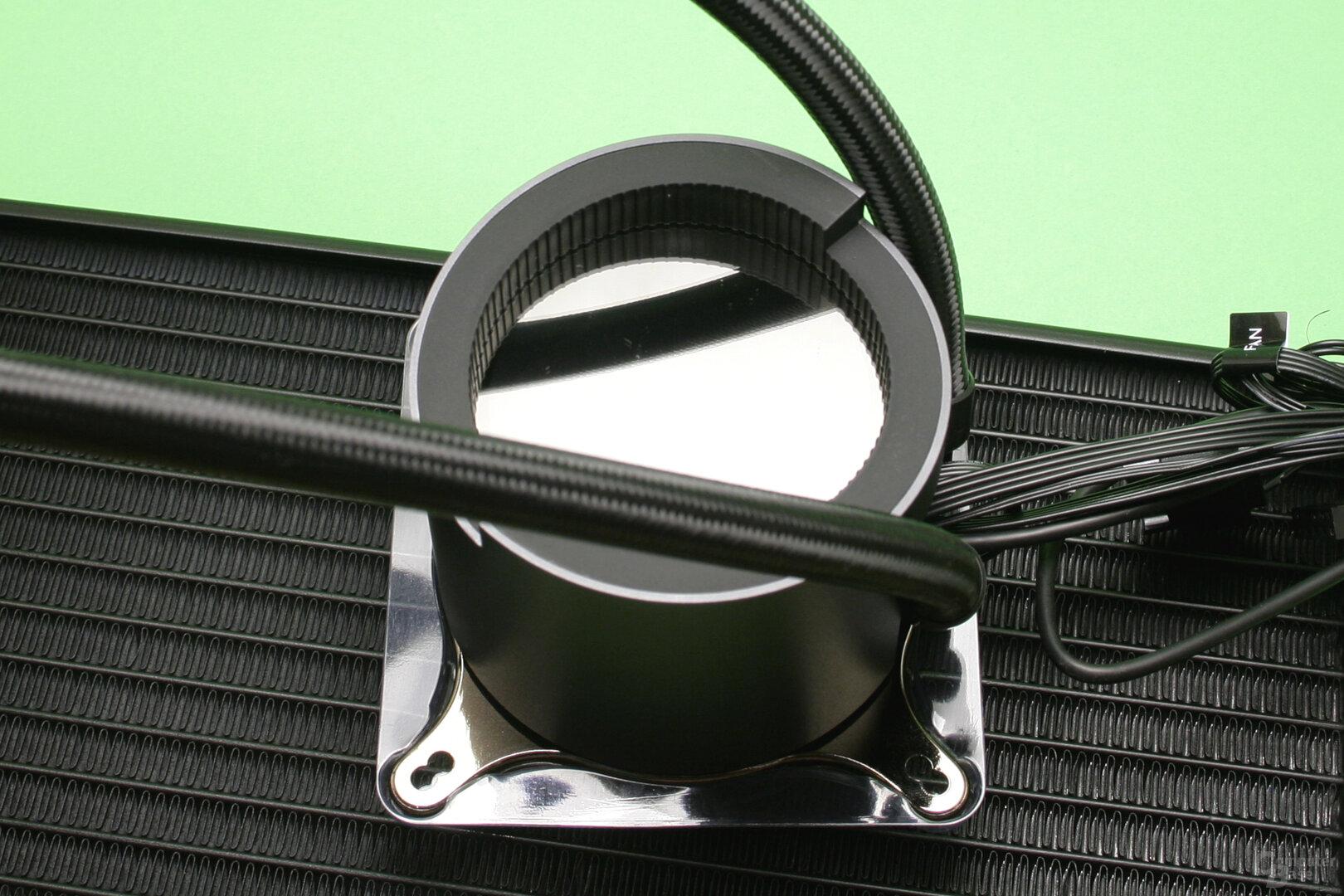 Aorus Liquid Cooler 280: Die Pumpeneinheit von oben