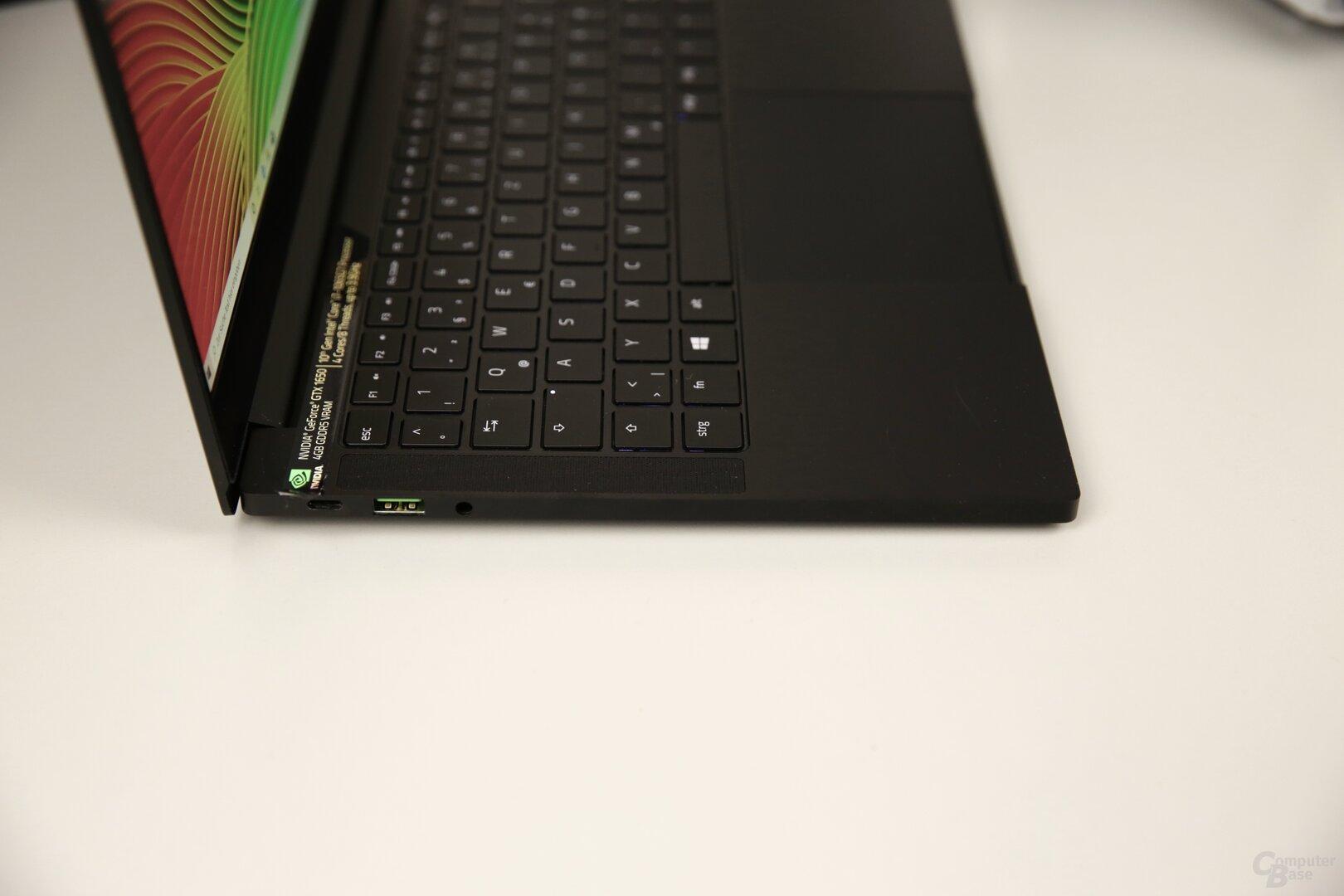 Links gibt es USB Typ C zum Laden, USB 3.1 Typ A und Klinke