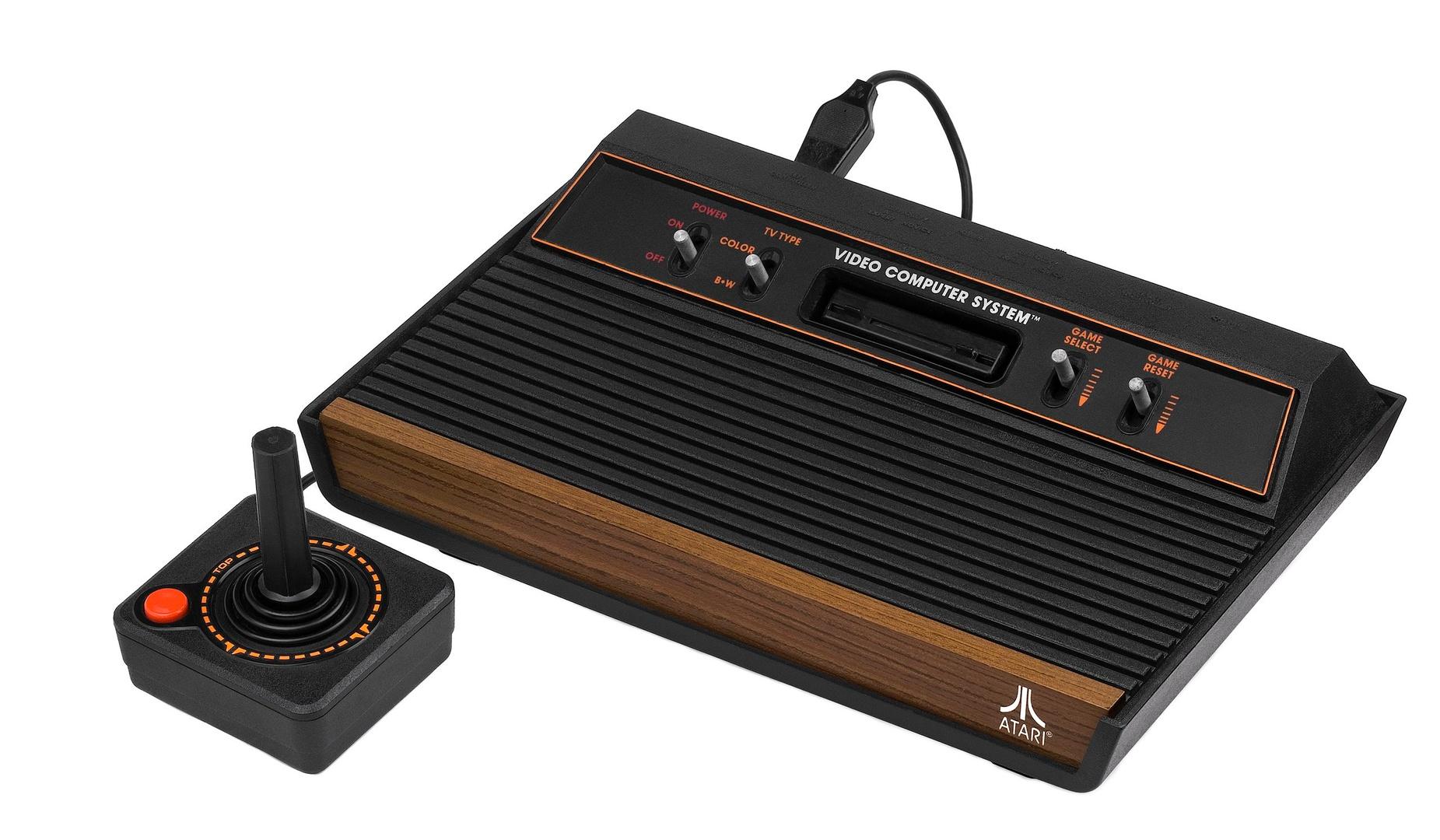 Das Atari VCS (Modell 1980) mit Joystick...
