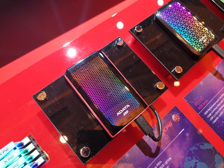 Tragbare SSDs mit RGB-Beleuchtung: Adata 900G und SE770G