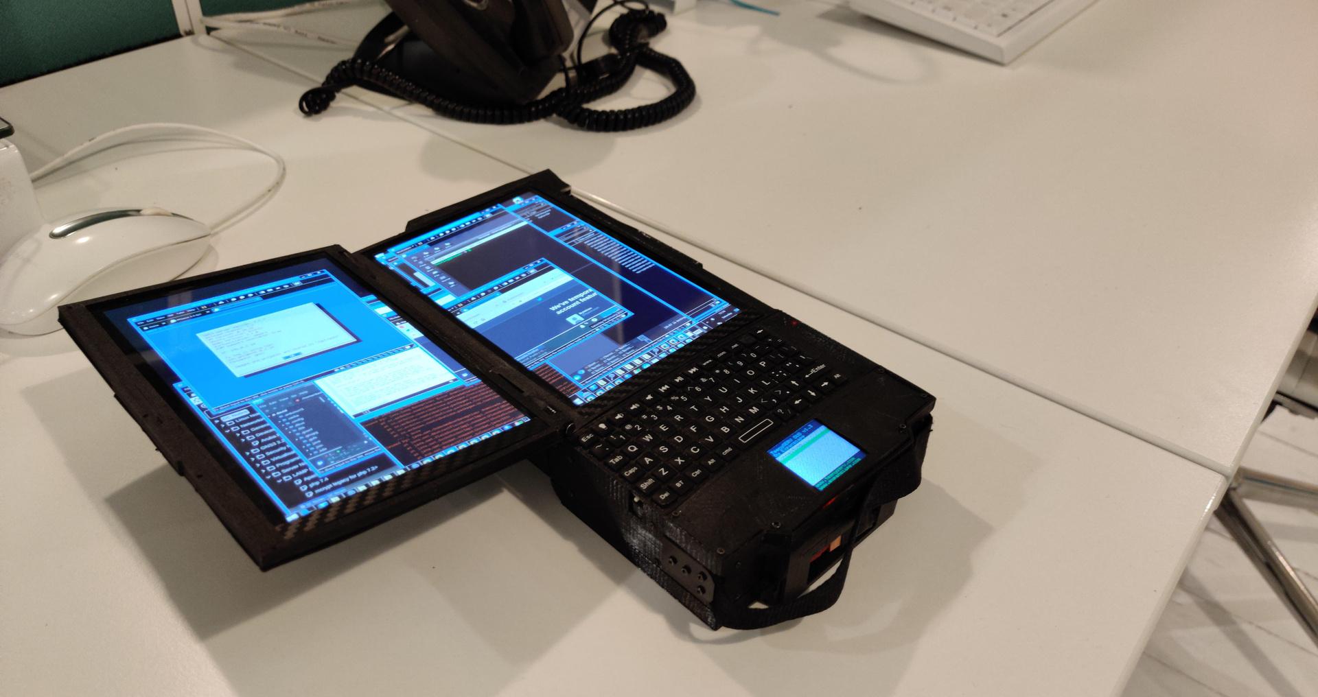 يستخدم TeenySERV DUO شاشتين مقاس 7 بوصات ...