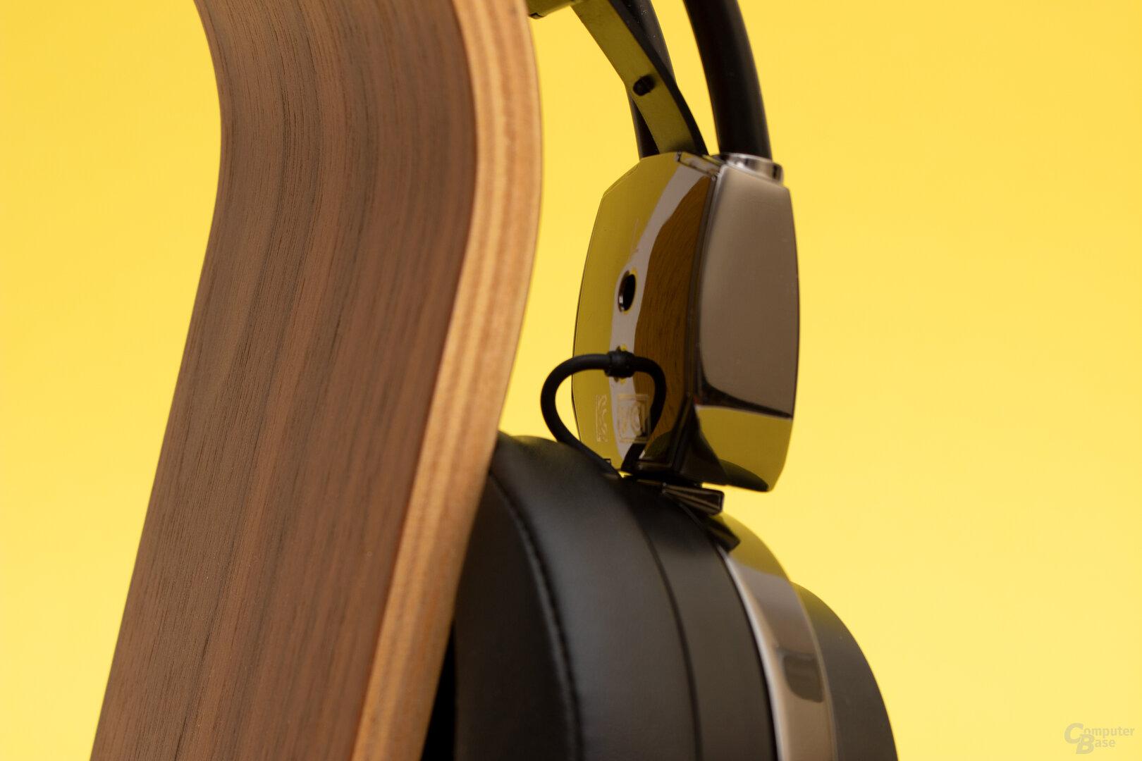 Platz genug wäre vorhanden gewesen, um die Kabel im Inneren des Headsets zu führen