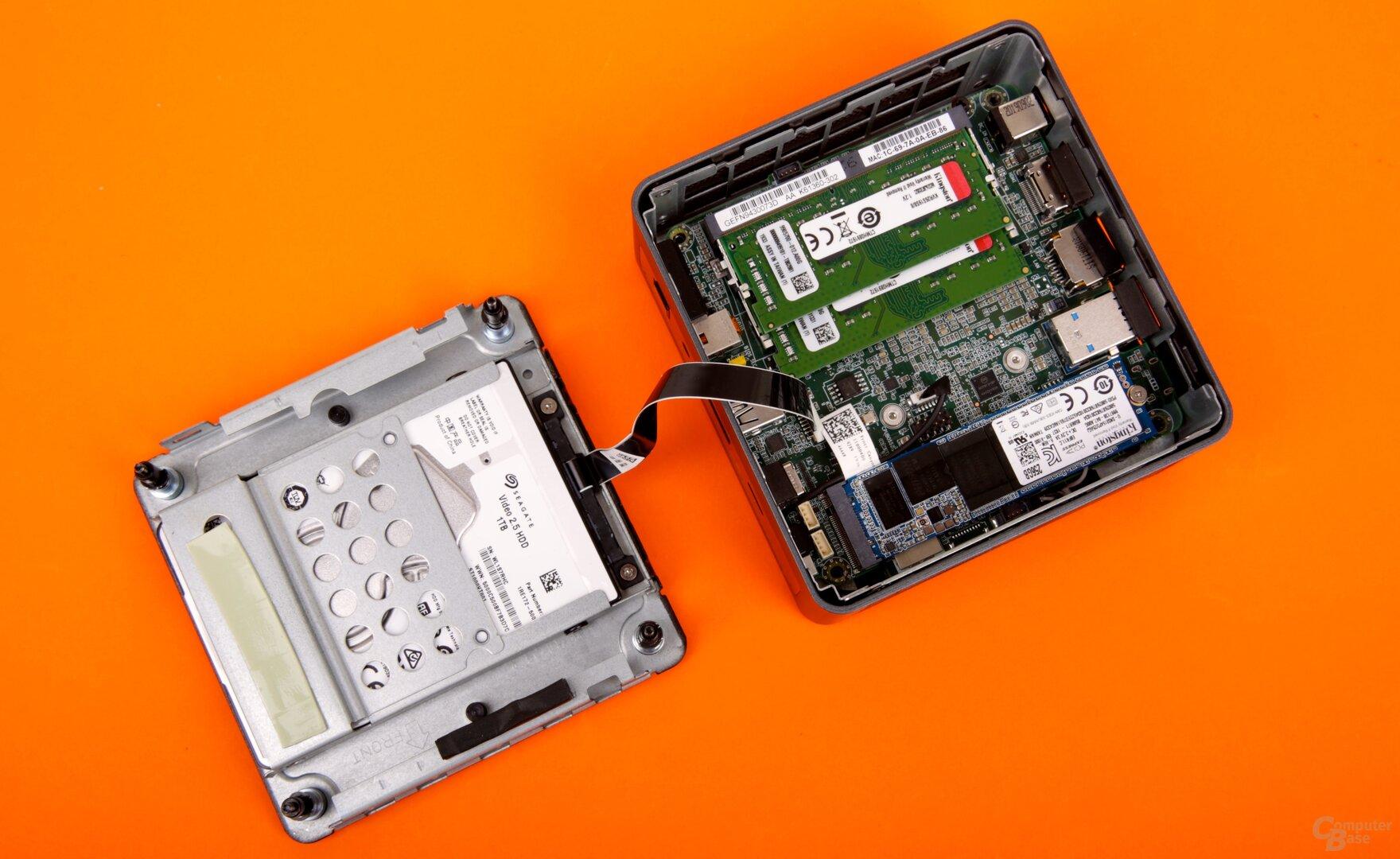 Ein Blick auf die zweite Ebene mit PCB und RAM, das 2,5-Zoll-Laufwerk findet darüber Platz