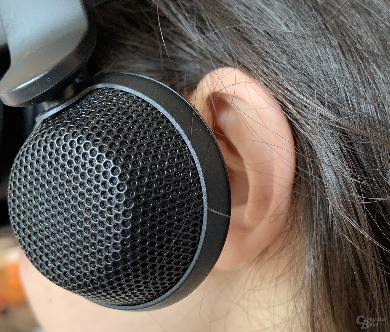 """Die """"Kopfhörer"""" schweben vor den Ohren"""